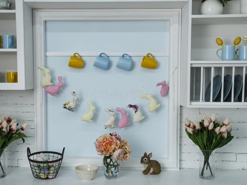 Pasen-mand met gekleurde eieren en bloemen en konijn en decoratie royalty-vrije stock foto's