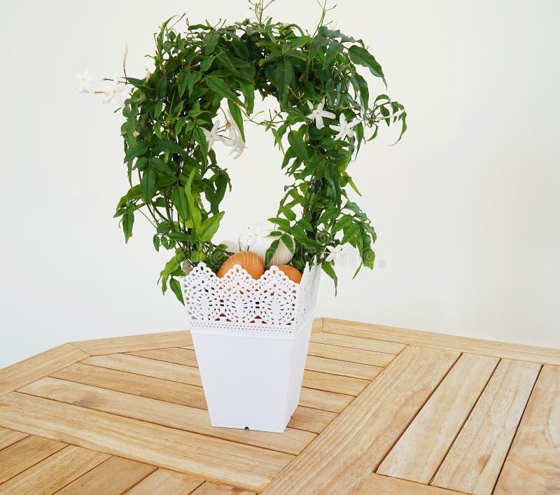 Pasen-mand met het huis van de eierendecoratie voor vakantie stock foto