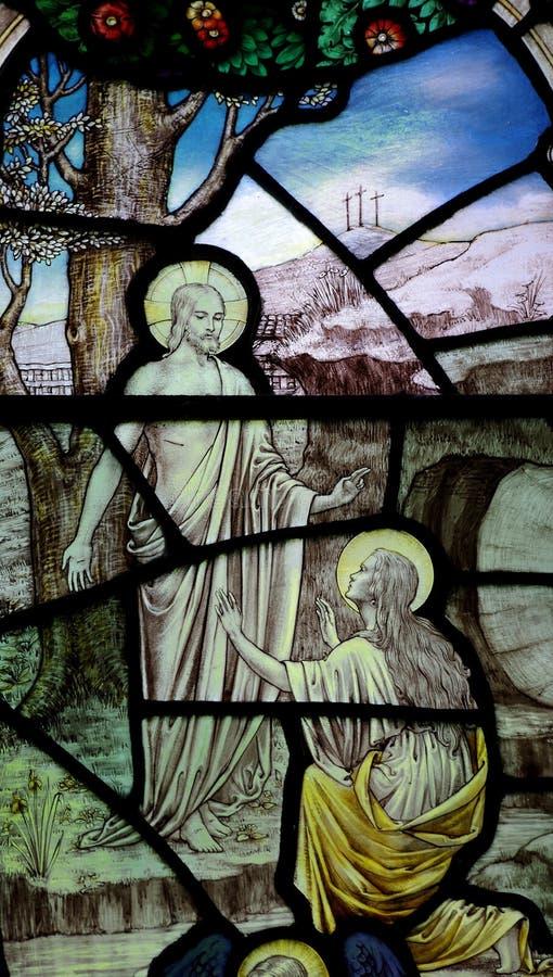 Pasen: Mary Magdalene vóór toegenomen Jesus Christ in gebrandschilderd glas stock afbeeldingen