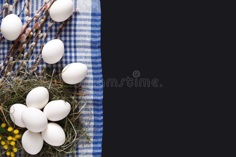 Pasen-model Witte eieren voor kleuring op zwarte achtergrond royalty-vrije stock afbeelding
