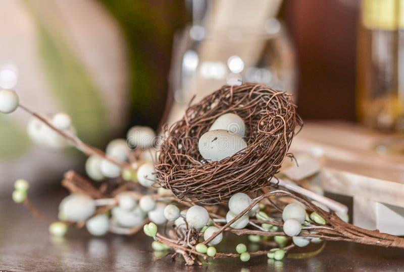 Pasen-nest en eierendecoratie op de lijst royalty-vrije stock fotografie