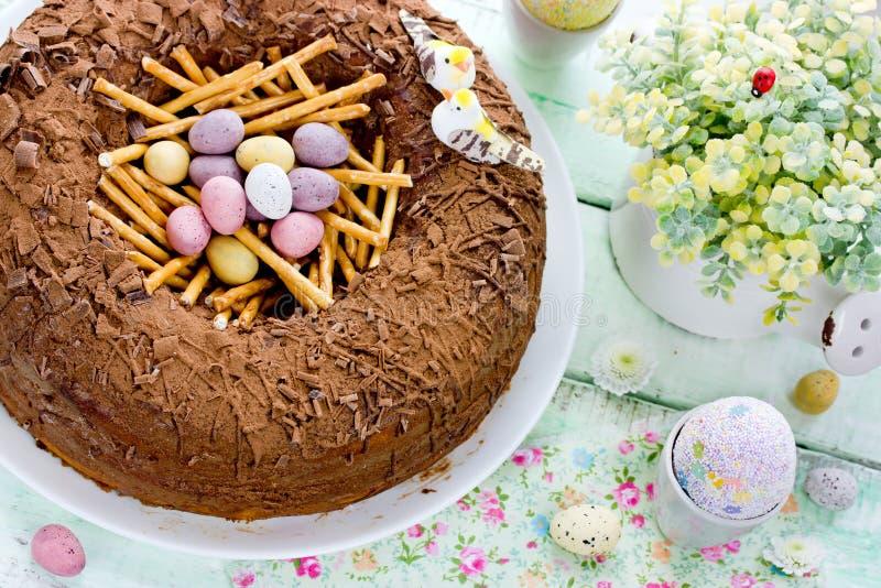 Pasen-nestcake, heerlijke chocoladecake met suikergoedeieren voor E stock foto