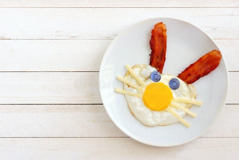 Pasen-ontbijt met konijntjesgezicht op plaat tegen wit hout royalty-vrije stock afbeeldingen