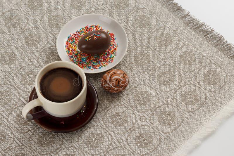 Pasen-ontbijtconcept Kop van koffie met hand getrokken ei en chocoladeei royalty-vrije stock fotografie