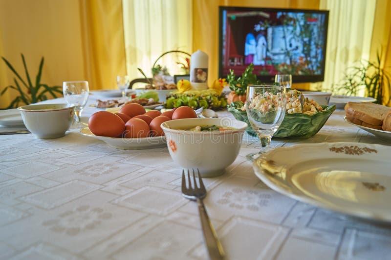 Pasen-ontbijtlijst met voedsel en decoratie stock afbeelding