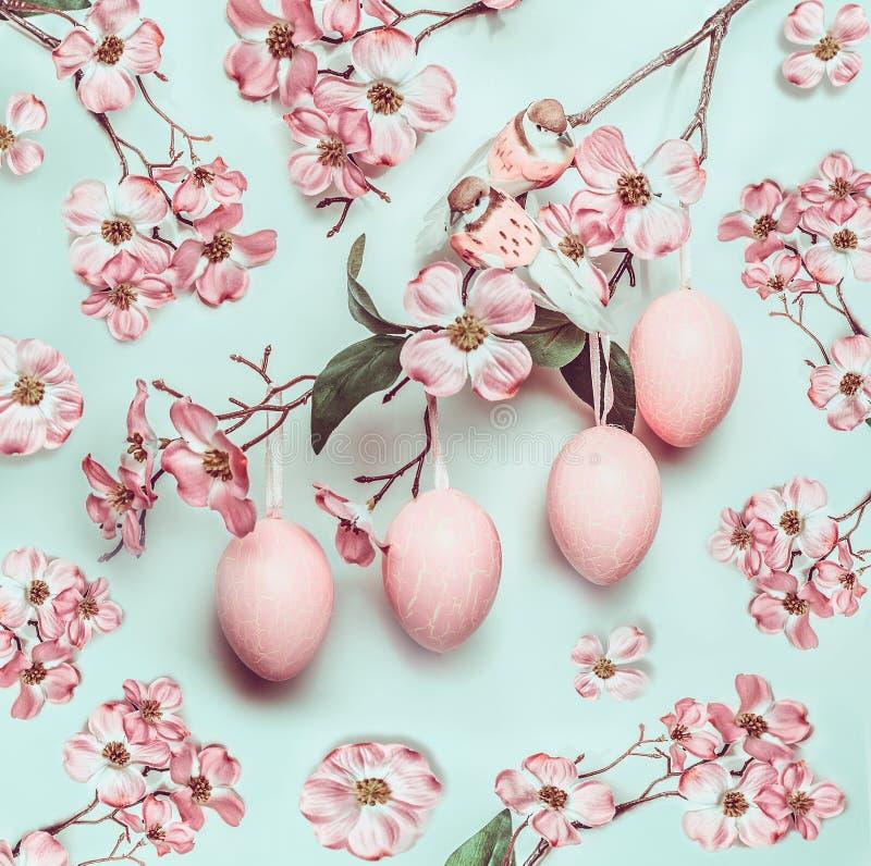 Pasen-pastelkleur roze patroon met gehangen eieren en decorbloesem op turkoois stock foto