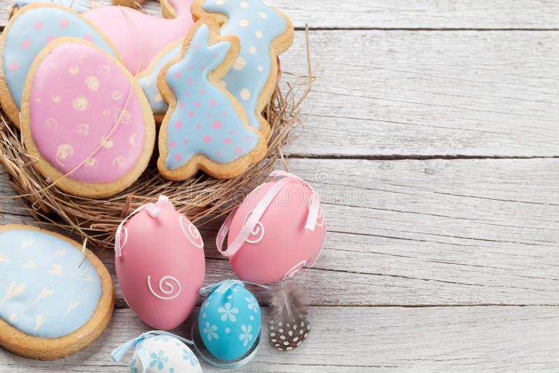 Pasen-peperkoekkoekjes en eieren stock afbeelding