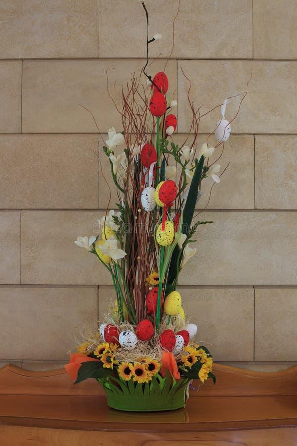 Pasen-samenstelling met eieren, bloemen en takjes op de lijst royalty-vrije stock afbeelding