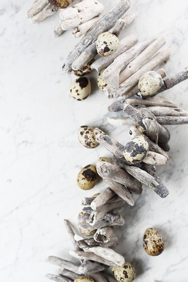 Pasen-samenstelling met eieren en shells, hoogste mening Ecologische stijl stock afbeeldingen