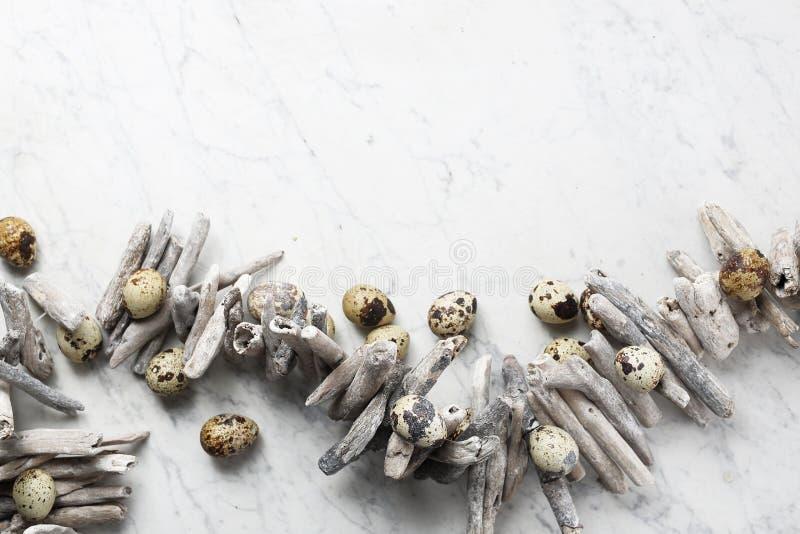Pasen-samenstelling met eieren en shells, hoogste mening Ecologische stijl royalty-vrije stock foto