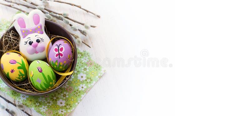 Pasen-samenstelling met gekleurd eieren en konijn op een witte backg royalty-vrije stock afbeelding