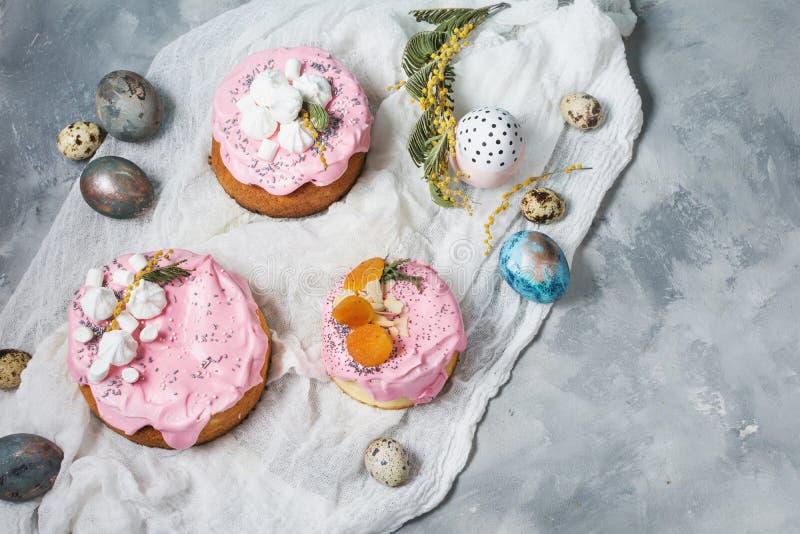 Pasen-samenstelling met orthodox zoet brood, kulich en eieren op concrete achtergrond royalty-vrije stock fotografie