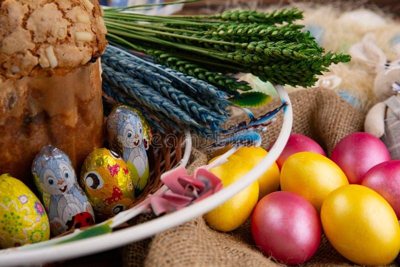 Pasen-samenstelling met orthodoxe zoete brood, kulich en eieren Pasen-het concept van het vakantieontbijt stock afbeeldingen