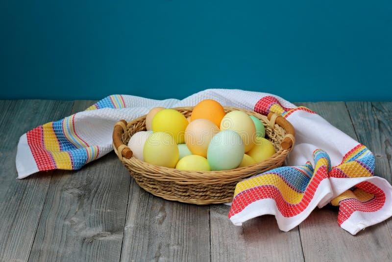 Pasen-stilleven met eieren in een mand stock afbeelding