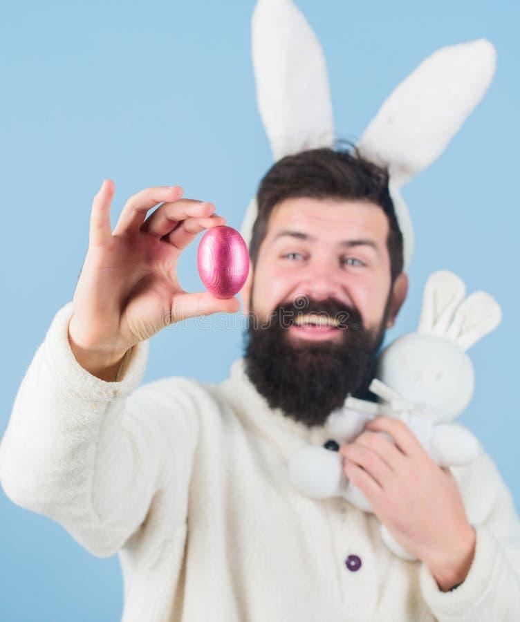 Pasen-symboolconcept MIJN Kostbaar Gebaarde dwaze het konijntjesoren van de mensenslijtage Lange de oren blauwe achtergrond van h stock fotografie