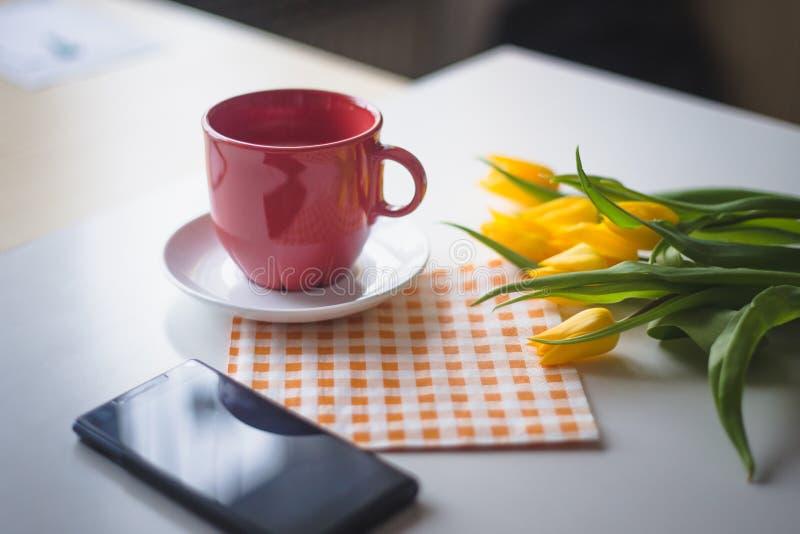 Pasen-themadecoratie, tulpen, lam en koffie royalty-vrije stock fotografie