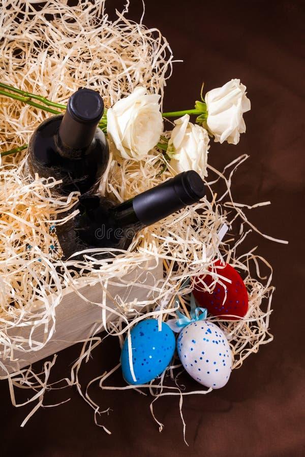 Pasen toe twee nam de de eierendoos van de flessenwijnstok lade de houten blauwe witte rode strosplinters de weinig gele Nederlan royalty-vrije stock fotografie