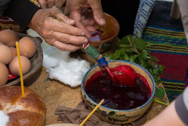 Pasen-tradities Het schilderen van eieren door oude methodes royalty-vrije stock fotografie