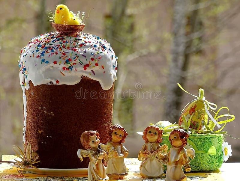 Pasen Traditionele Russische kulich, takken van verba, cijfer van een engel De cake van Pasen Gelukkige Dag Heldere Pasen Orthodo royalty-vrije stock foto's