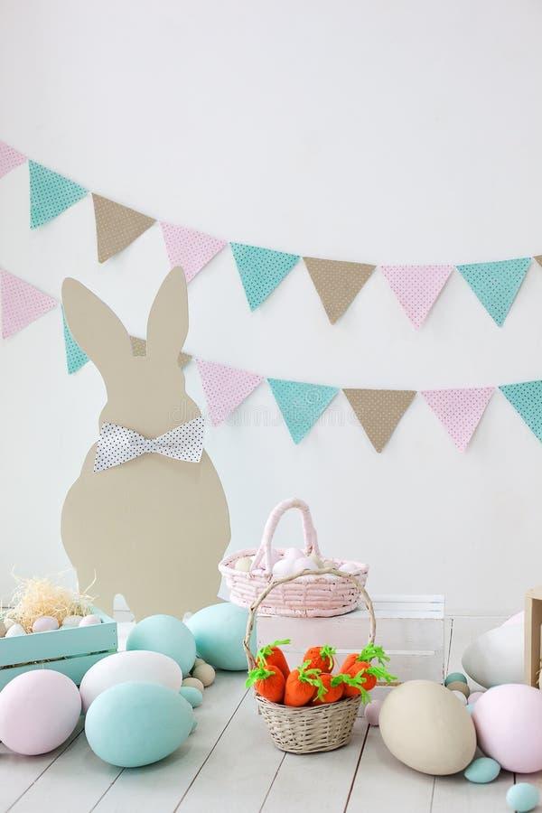 Pasen! Vele kleurrijke paaseieren met konijntjes en manden! Pasen-decoratie van de ruimte, de ruimte van kinderen voor spelen Man royalty-vrije stock afbeeldingen