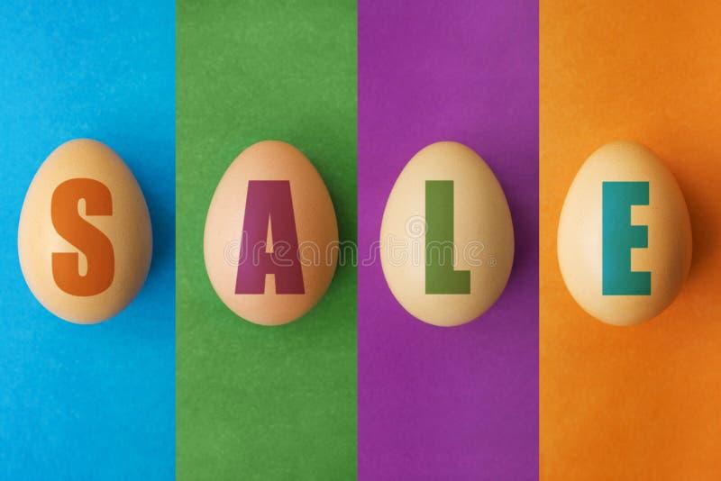 Pasen-verkoopaanbieding, bannermalplaatje Eieren met het van letters voorzien op gekleurde achtergrond Paaseierenverkoop Het ontw royalty-vrije stock foto