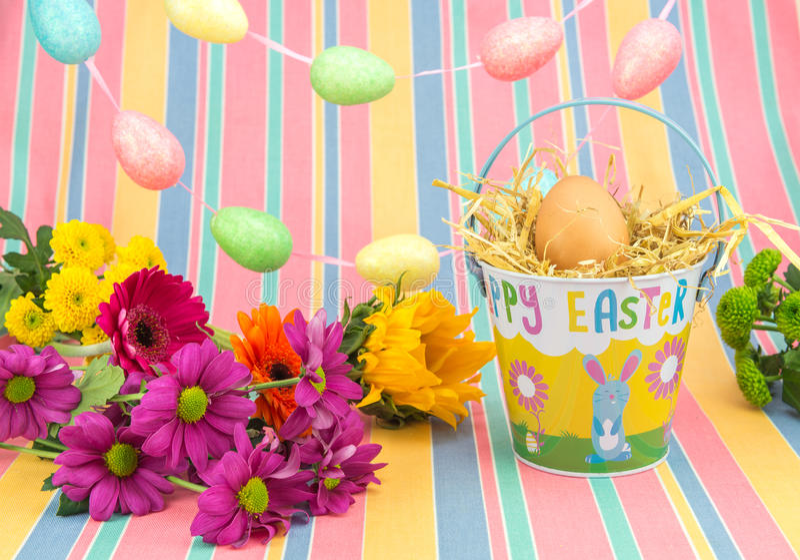 Pasen-vertoning, bloemen, eieren, emmer, heldere de lentekleuren stock afbeelding