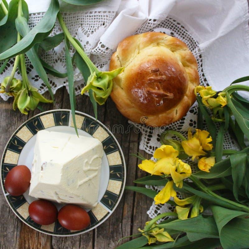Pasen-voedsel, Pasen-cake, gestremde melk Pasen, gele tulpen op een houten uitstekende achtergrond stock foto's