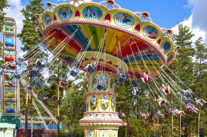 Paseo aéreo inclinable en la publicación anual, paseo de la silla del oscilación en la feria en un parque de atracciones con los  imágenes de archivo libres de regalías
