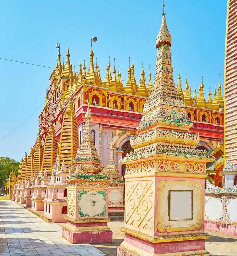 Paseo alrededor de Thanboddhay Paya, Monywa, Myanmar imagen de archivo libre de regalías