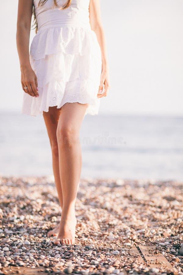 Paseo atractivo de la mujer en la playa imágenes de archivo libres de regalías
