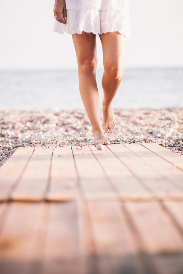 Paseo atractivo de la mujer en la playa imagenes de archivo