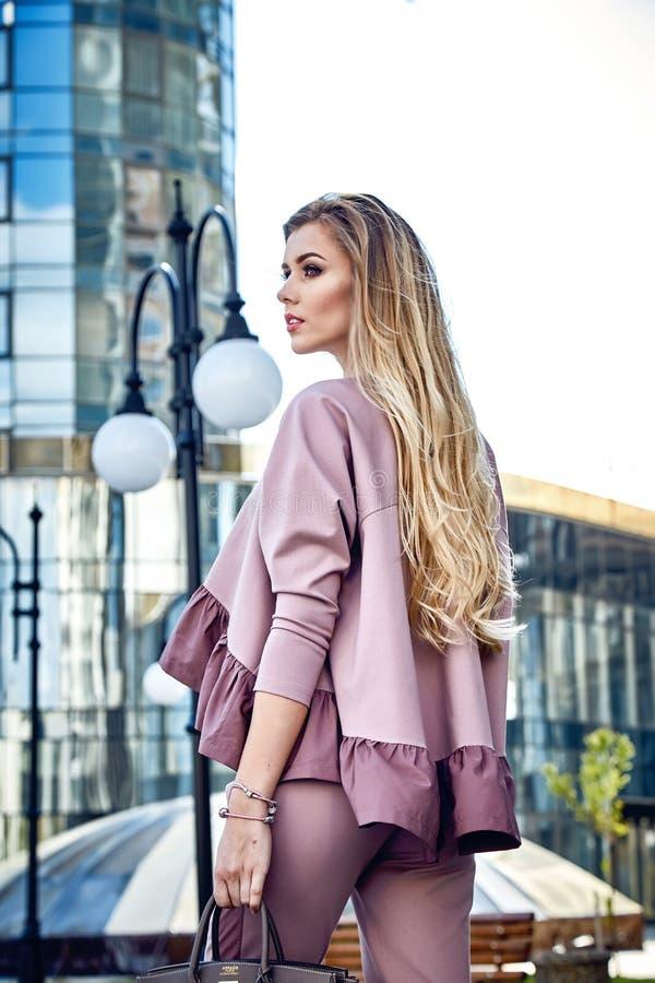 Paseo atractivo hermoso de la mujer de negocios de la muchacha en el estilo de la calle imagen de archivo
