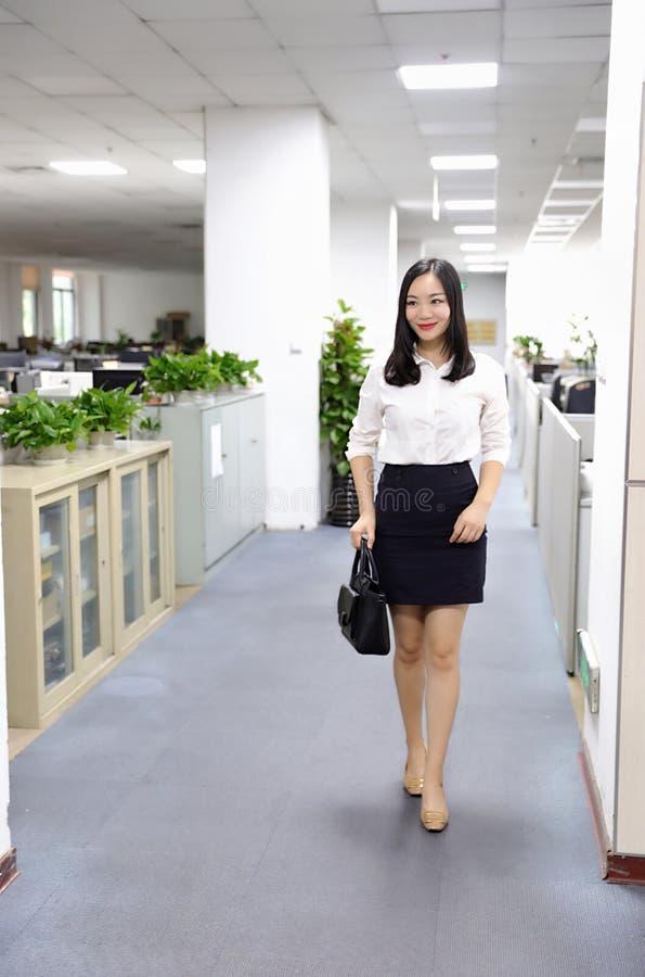 Paseo chino de la muchacha de la mujer de la señora de la oficina de Asia en oficina en el lugar de trabajo del traje del empleo  fotos de archivo