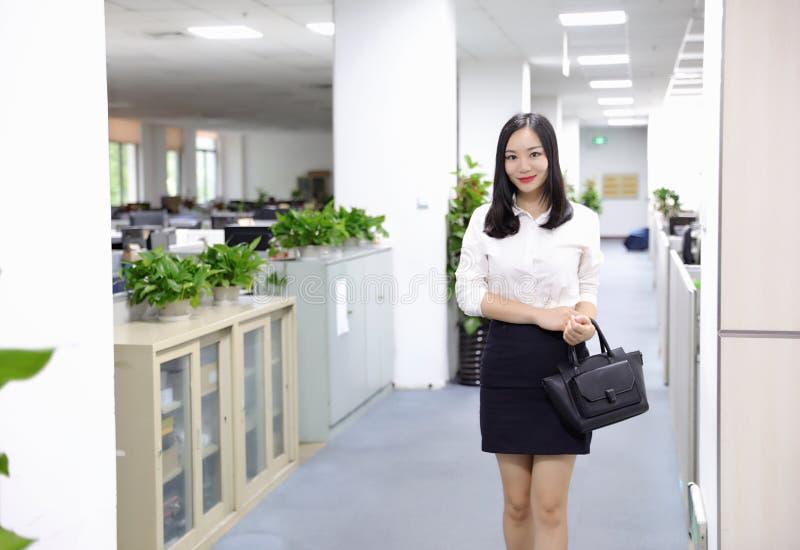 Paseo chino de la muchacha de la mujer de la señora de la oficina de Asia en oficina en el lugar de trabajo del traje del empleo  imágenes de archivo libres de regalías