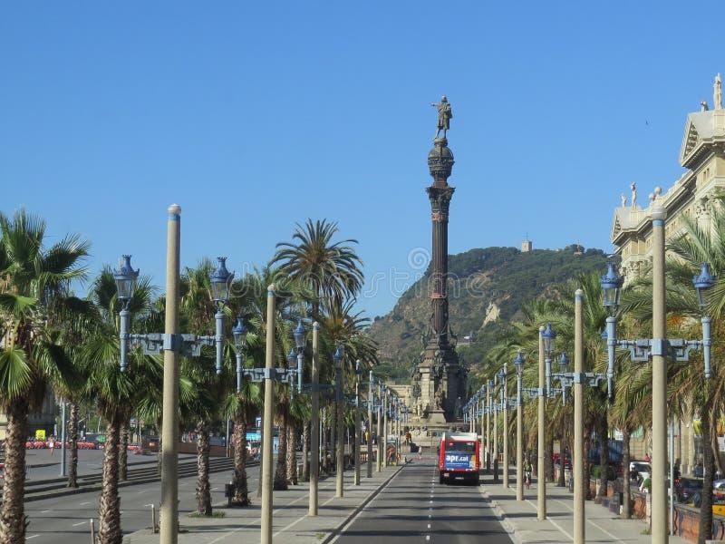 Paseo Colom, ευρεία λεωφόρος με τους φοίνικες που οδηγούν στο μνημείο του Columbus στοκ εικόνες