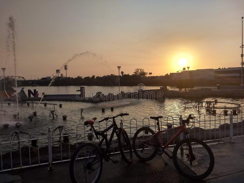 Paseo con puesta del sol fotografía de archivo libre de regalías
