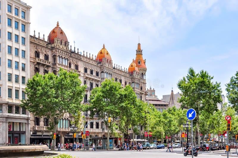 Paseo de Gracia utsikt i mitt av Barcelona, Spanien royaltyfri bild