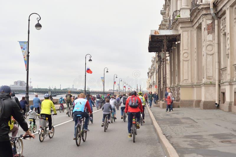 Paseo de la bici en el terrapl?n del palacio foto de archivo
