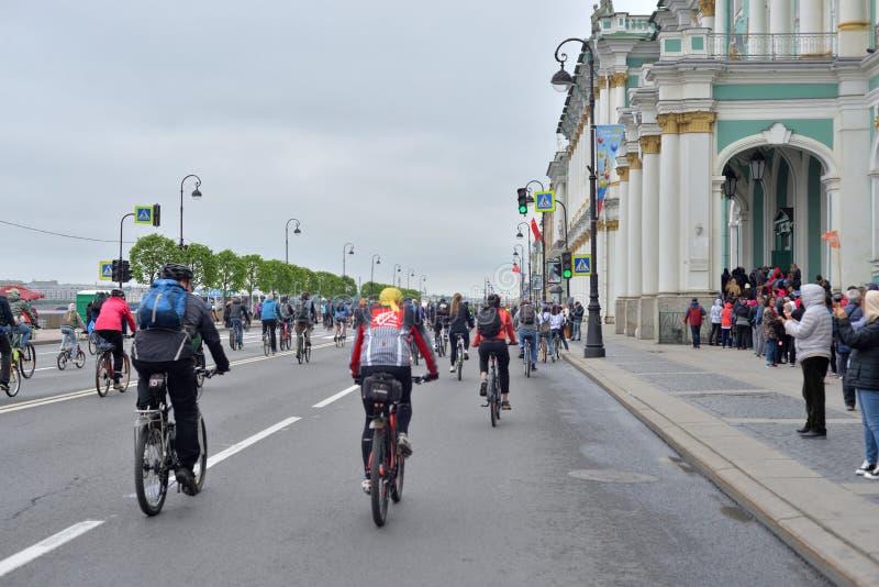 Paseo de la bici en el terrapl?n del palacio foto de archivo libre de regalías