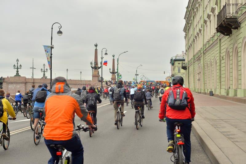 Paseo de la bici en el terrapl?n del palacio imagen de archivo libre de regalías