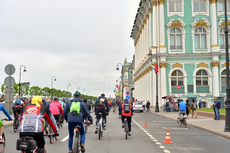 Paseo de la bici en el terrapl?n del palacio imagenes de archivo