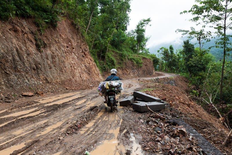 Paseo de la bici a través del camino de tierra fangoso imágenes de archivo libres de regalías