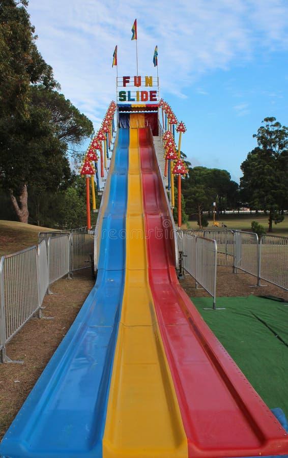 Paseo de la diapositiva de la diversión en el carnaval al aire libre fotografía de archivo