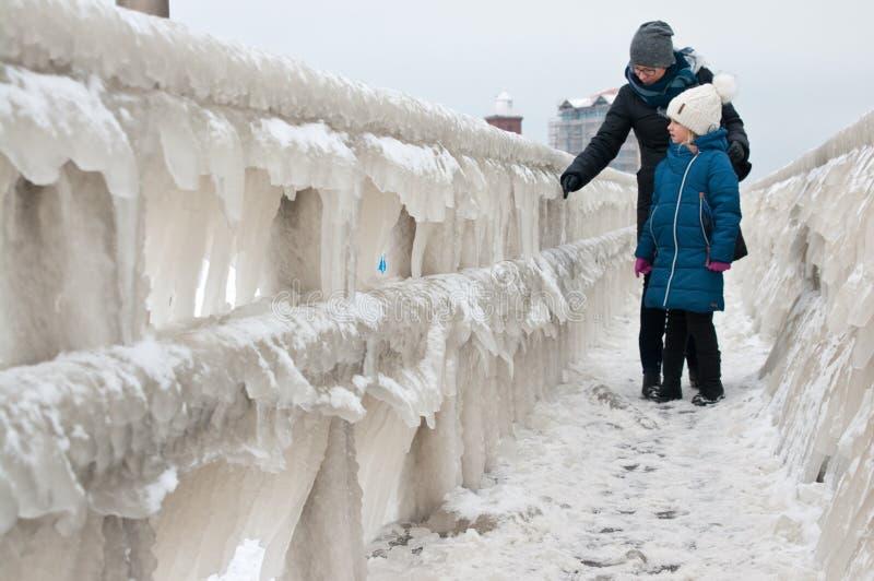 Paseo de la familia del invierno en la playa de Darlowo foto de archivo libre de regalías