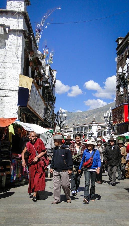Paseo de la gente alrededor del templo de Jokhang en Tíbet fotos de archivo