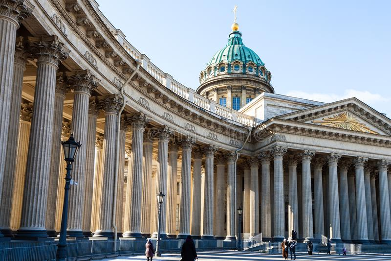 paseo de la gente a la catedral de Kazán en St Petersburg imagen de archivo