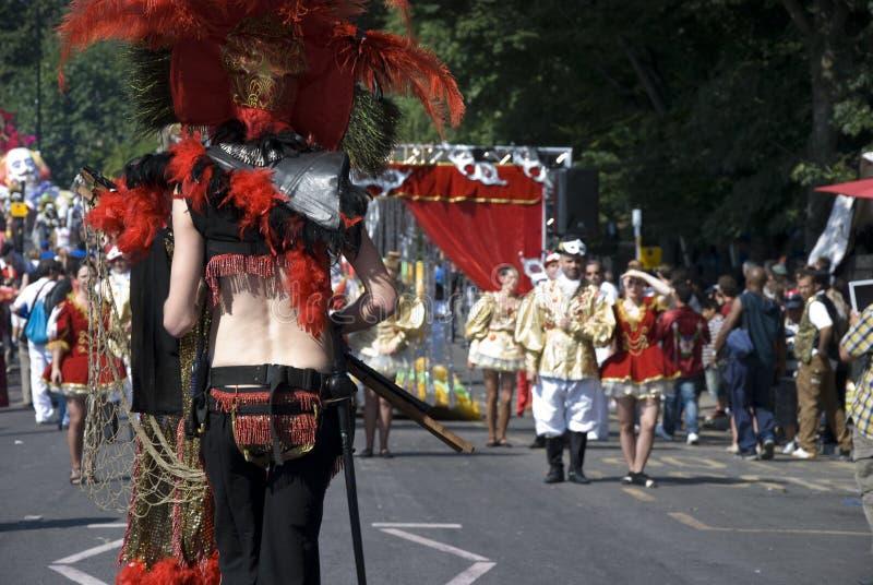 Paseo de la gente de la máscara en el carnaval de Notting Hill foto de archivo libre de regalías