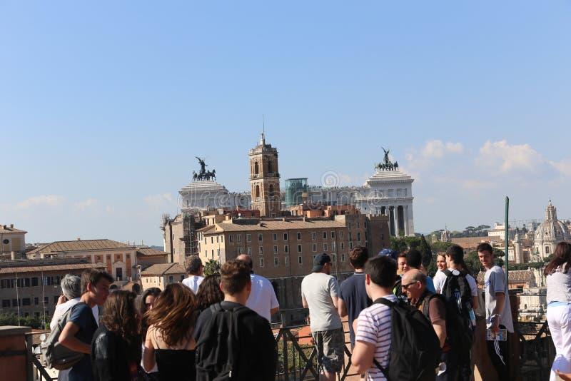 Paseo de la gente en Roma Italia imagenes de archivo