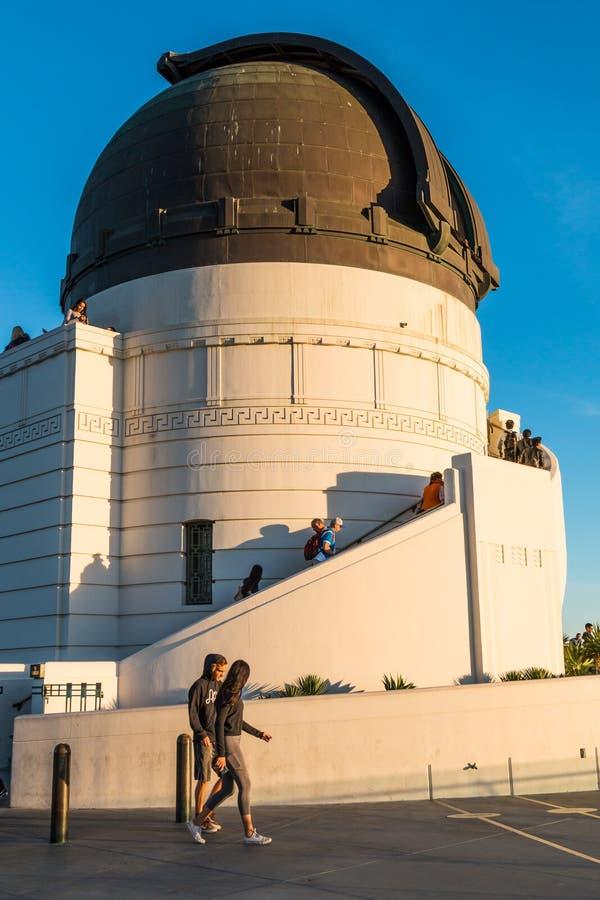 Paseo de la gente por la bóveda para el telescopio de Zeiss en Griffith Observatory foto de archivo libre de regalías