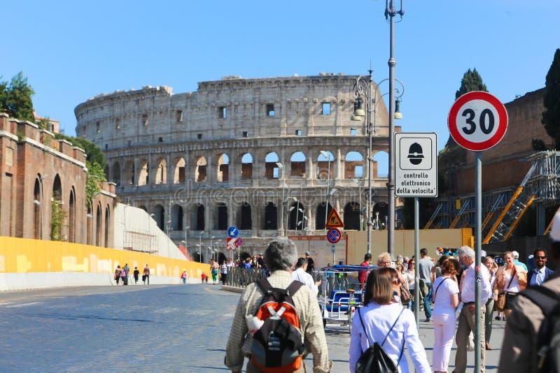 Paseo de la gente y de los turistas en Roma imagen de archivo